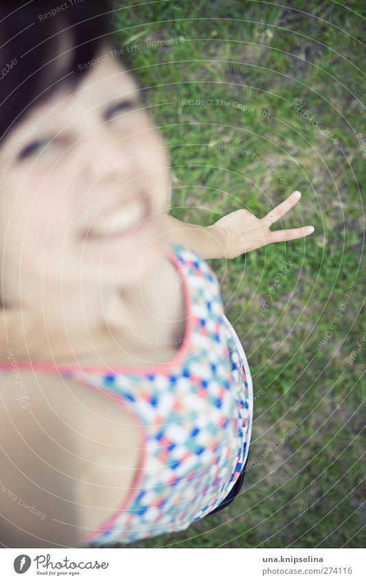 schnick-schnack-schnuck feminin Junge Frau Jugendliche Erwachsene Hand 1 Mensch 18-30 Jahre Gras brünett Pony Frieden Lächeln lachen frech lustig mehrfarbig