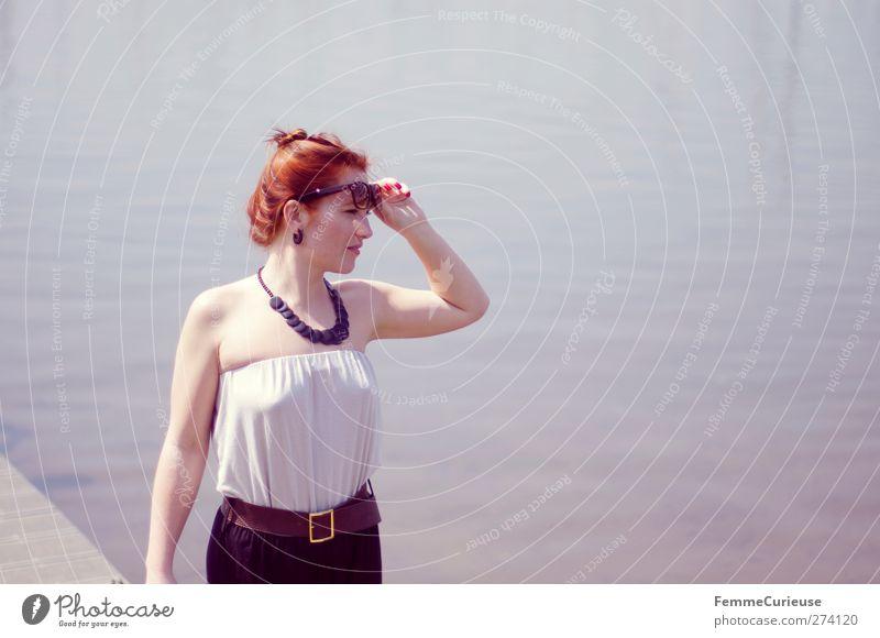 Aussichtgenießerin. Mensch Frau Jugendliche Ferien & Urlaub & Reisen schön Sommer Erwachsene feminin Wege & Pfade Stil See Junge Frau Mode 18-30 Jahre elegant
