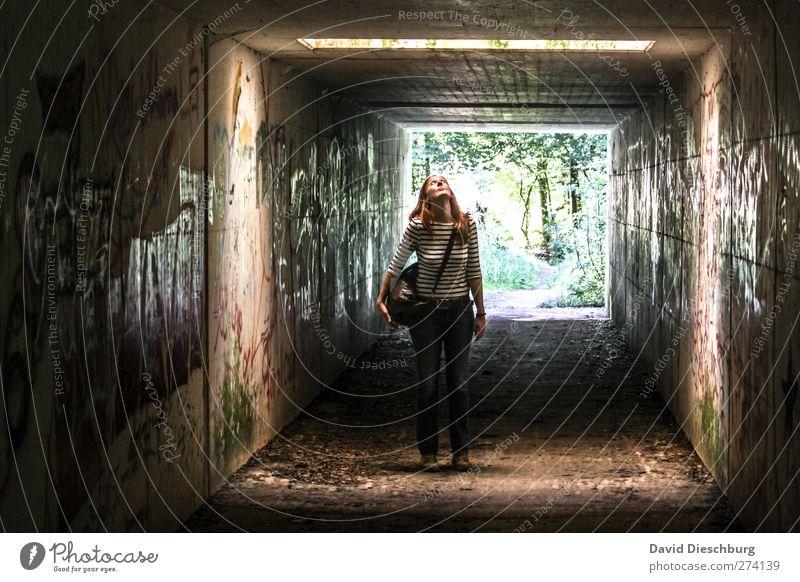 Aufblicken feminin Junge Frau Jugendliche Erwachsene Körper 18-30 Jahre Mauer Wand Fassade braun schwarz Tunnel Unterführung Tunnelbeleuchtung rothaarig