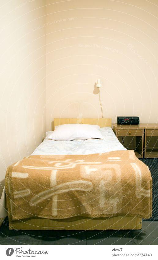 Einzelzimmer alt Einsamkeit Wand oben Mauer Innenarchitektur Raum modern Beginn authentisch Dekoration & Verzierung Bett einzigartig einfach Bettwäsche Möbel