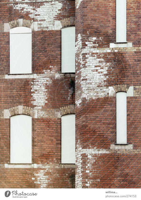 feuchtgebiete Stadt weiß rot Haus Fenster Wand Gebäude Mauer braun Fassade nass Vergänglichkeit Wandel & Veränderung Baustelle Verfall Backstein