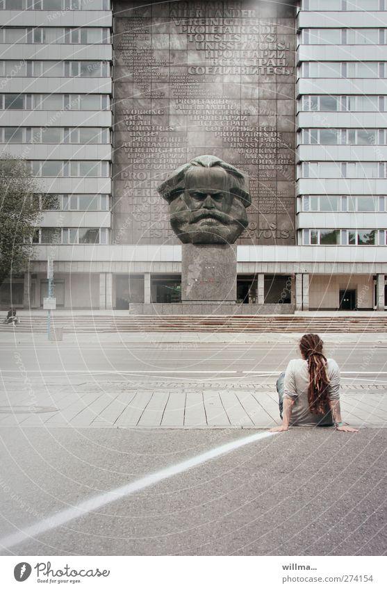 mensch mit rastas sitzt vor marxmonument auf der straße - auseinandersetzung Jugendliche Skulptur Sehenswürdigkeit Wahrzeichen Denkmal Rastalocken hocken