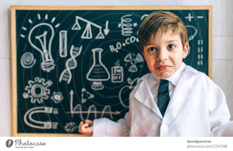 Kind verkleidet als Wissenschaftler und Tafel Wissenschaften Schule Labor Mensch Junge Mann Erwachsene Krawatte blond authentisch lustig klug clever
