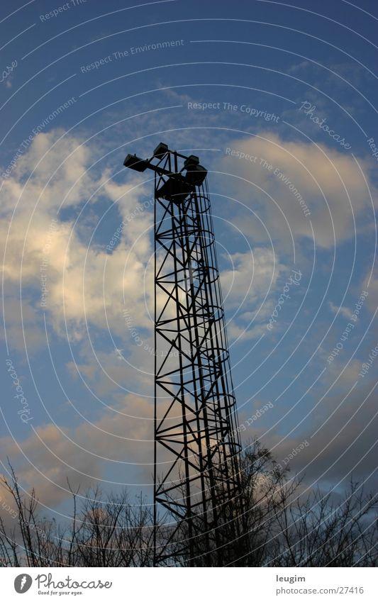 Schwarz in den Himmel blau schwarz Wolken Einsamkeit Graffiti hoch Turm