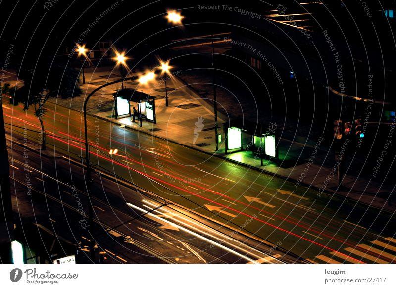 Sola Nacht Bushaltestelle Langzeitbelichtung Licht Buenos Aires Argentinien dunkel Einsamkeit Straße PKW Bewegung Avenida Centenario Angelköder