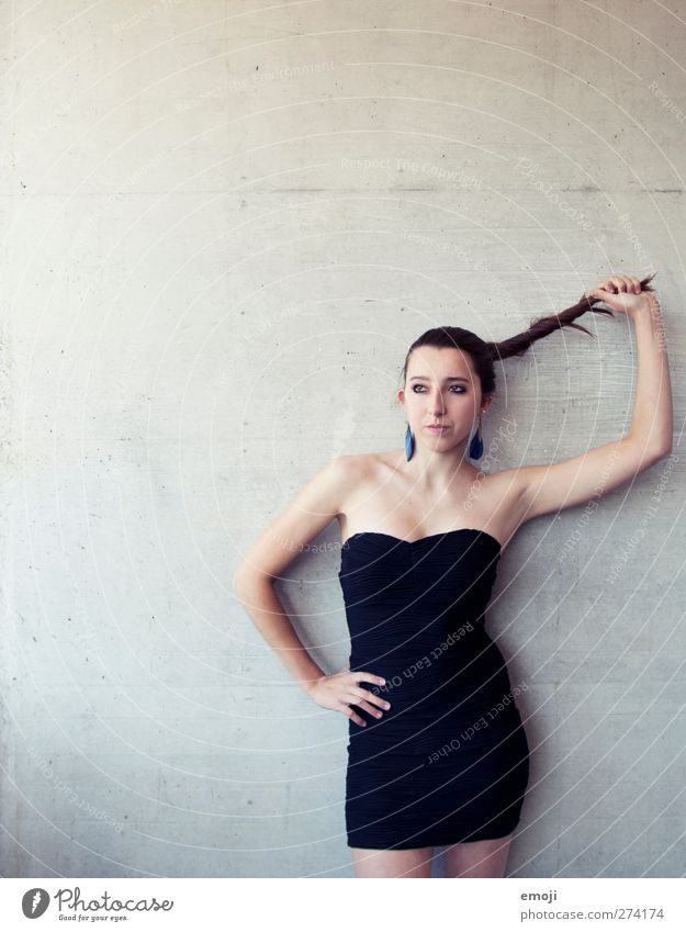 an den Haaren herbeigezogen feminin Junge Frau Jugendliche 1 Mensch 18-30 Jahre Erwachsene Mode Kleid Haare & Frisuren brünett langhaarig schön dünn Erotik