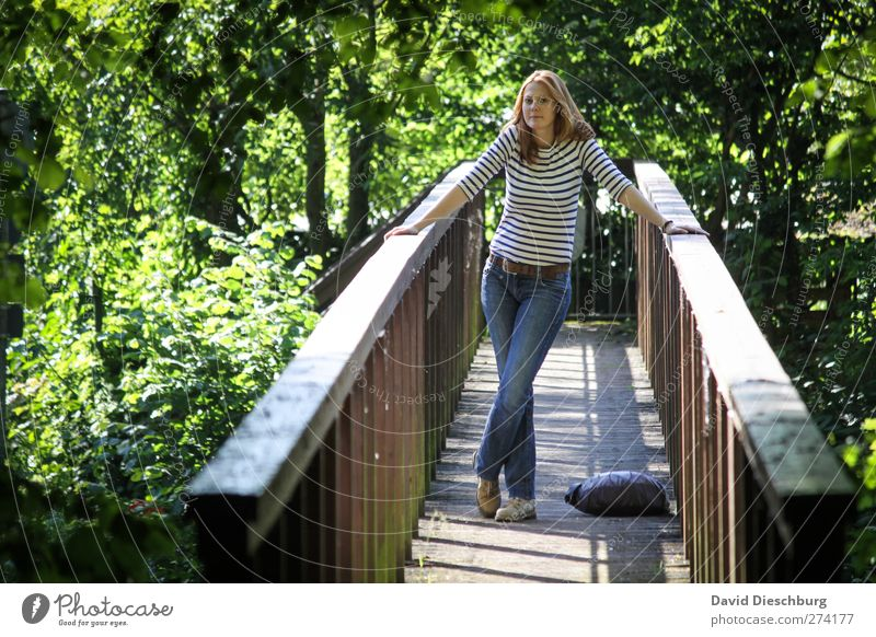 Auf den Sommer warten Mensch feminin Junge Frau Jugendliche Leben 1 18-30 Jahre Erwachsene Landschaft Baum Park braun grün Holzbrücke stehen Geländer festhalten