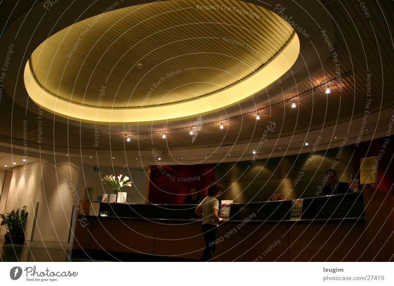 Black Lounge verloren London Architektur Foyer Kreis Licht warten ruhig