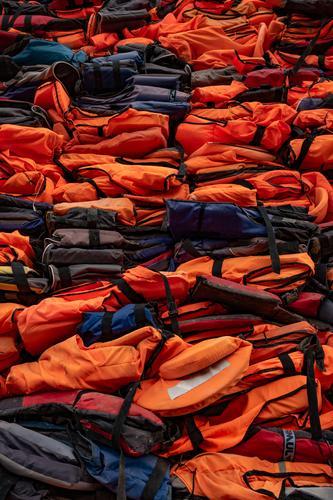 Schwimmwesten stapeln schwimmweste flüchtling flucht Wasser panik Flüchtlinge Bootsfahrt Panik Angst Flucht laufen Mensch flüchten ertrinken Fluchtweg