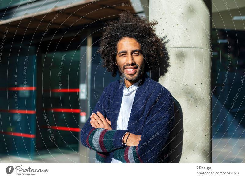 Vorderansicht eines lächelnden Afro-Mannes mit gekreuzten Armen Lifestyle Stil Glück Gesicht Mensch maskulin Junger Mann Jugendliche Erwachsene Haare & Frisuren