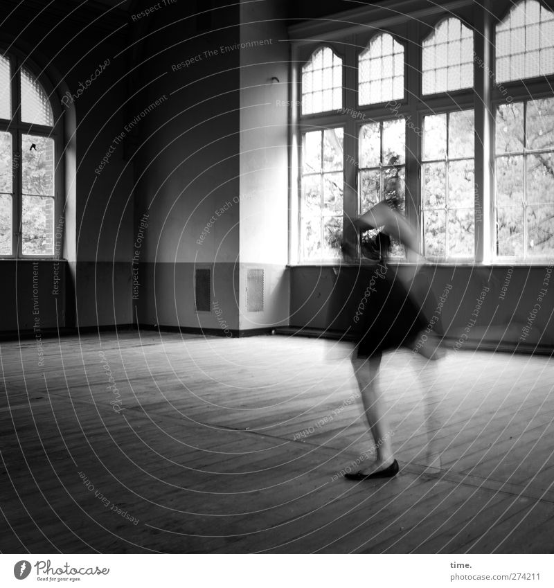 Room To Move | Unfinished Ballroom Story (I) Mensch Frau weiß schwarz Erwachsene Ferne Fenster feminin Leben Bewegung grau Kunst Tanzen Zufriedenheit ästhetisch