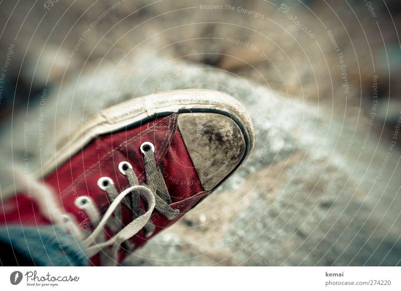 Hiddensee   Der rote Schuh Lifestyle Stil Strand Mode Schuhe Turnschuh Schuhbänder Schleife Stein alt dreckig trashig weiß Lensbaby Farbfoto Gedeckte Farben