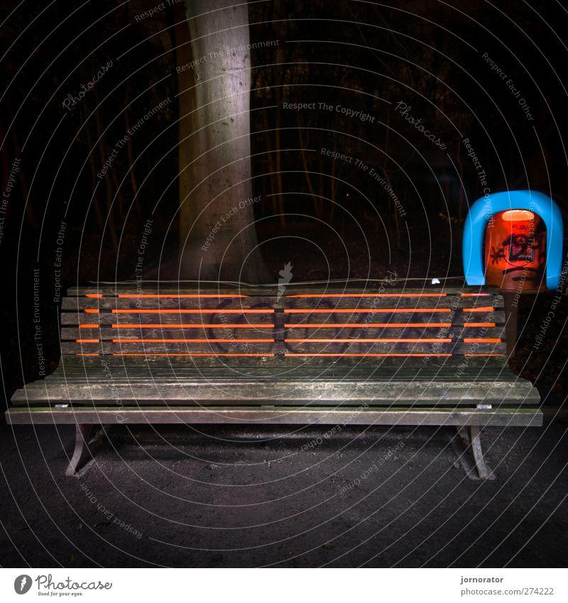 Lightscribe Art II - Illuminated Bench Stadt blau orange rot schwarz Bank dunkel geheimnisvoll Beleuchtung Kreativität Müllbehälter Baumstamm Lichtspiel