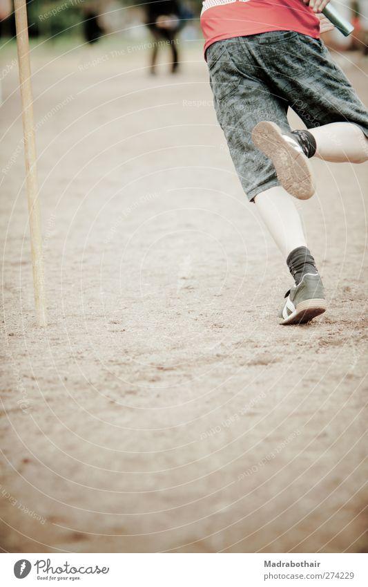 Staffellauf Sport Sportler Leichtathletik Schulsport Laufsport Sportstätten Kind Junge Kindheit Beine 1 Mensch 8-13 Jahre Hose Turnschuh laufen rennen