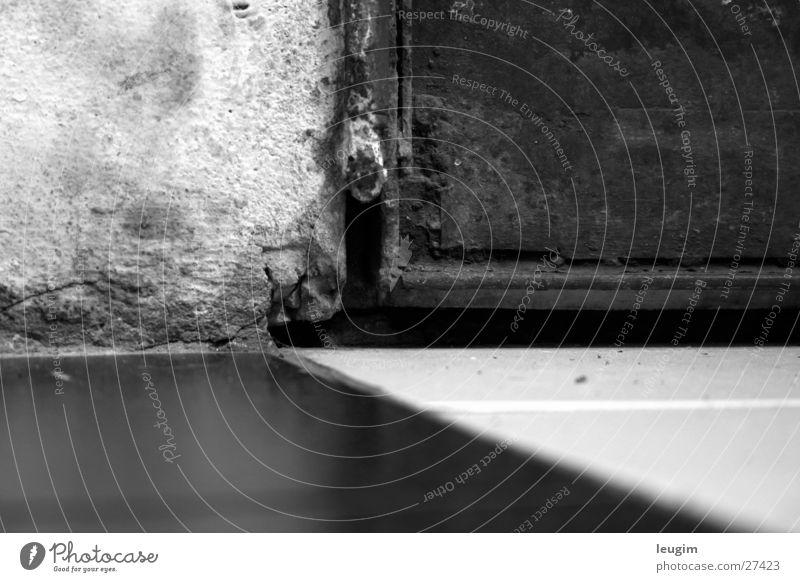Vier Felder Wand kaputt Eisen dreckig Häusliches Leben Fliesen u. Kacheln Schwarzweißfoto Tür Rost alt