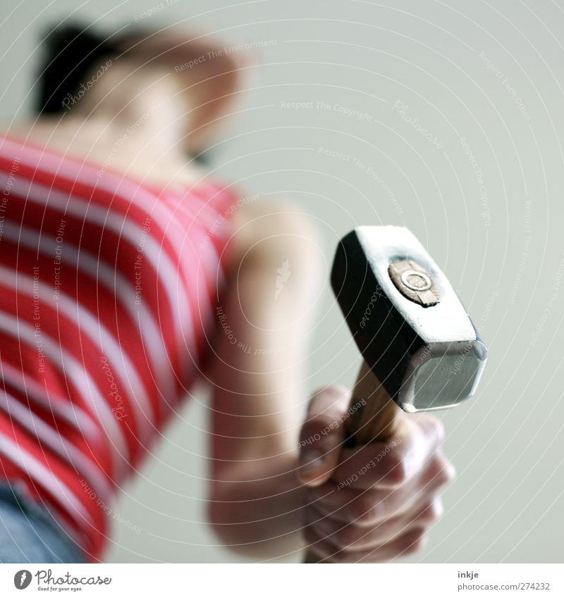 Hammerfrau! Mensch Frau Erwachsene feminin Leben Gefühle Arbeit & Erwerbstätigkeit Körper Kraft Freizeit & Hobby stehen Streifen Baustelle festhalten stark Mut
