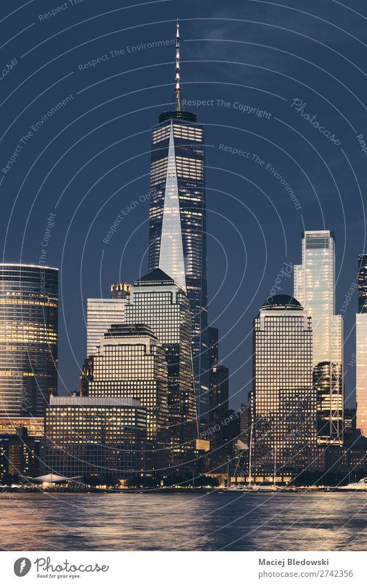 New York City Geschäftsviertel Skyline bei Einbruch der Dunkelheit. Arbeit & Erwerbstätigkeit Büro Wirtschaft Business Erfolg Himmel Fluss Stadt Hochhaus