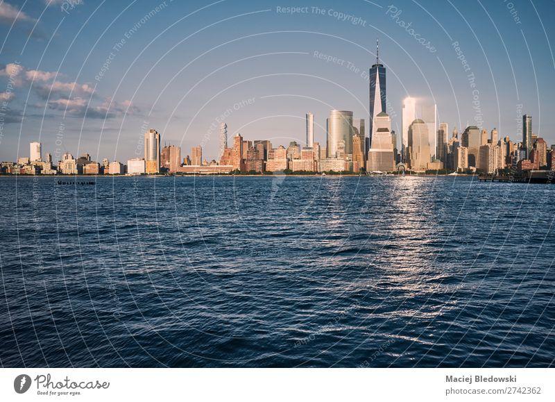 Skyline von Manhattan bei Sonnenuntergang, USA. Reichtum elegant Design Sightseeing Städtereise Kreuzfahrt Sommer Häusliches Leben Landschaft Himmel Fluss