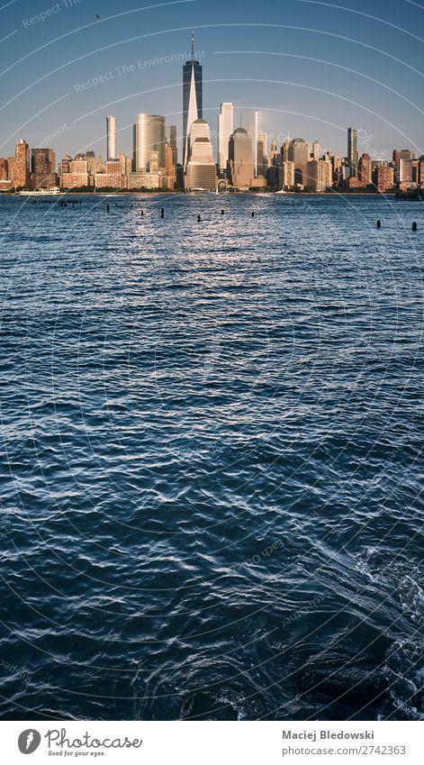 Skyline von Manhattan bei Sonnenuntergang, USA. Ferien & Urlaub & Reisen Sightseeing Städtereise Kreuzfahrt Sommer Himmel Fluss Stadt Hafenstadt Hochhaus