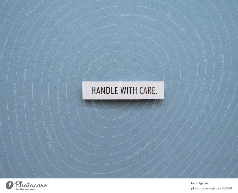 Handle with care. Vorsicht zerbrechlich Gefühle sanft sensibel zart Fremdsprache Englisch Erwartung einfühlsam empathisch mitfühlend Buchstaben Wort Satz Letter