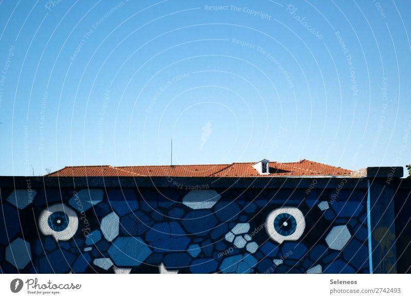 Augenkontakt Architektur Graffiti Wand Gebäude Kunst Mauer Fassade beobachten Dach Bauwerk Wolkenloser Himmel Straßenkunst Portugal