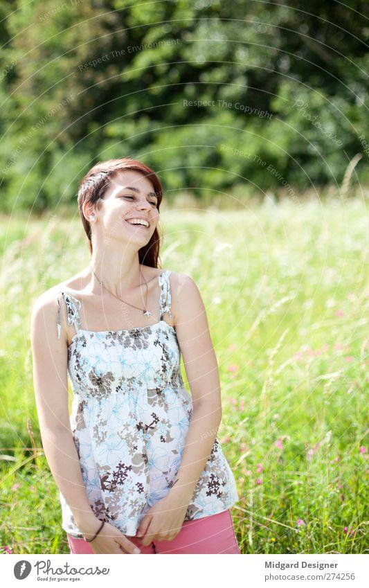 Leichtigkeit | Laura Mensch Natur Jugendliche grün schön Sonne Sommer Freude Erwachsene Landschaft feminin Gras Bewegung lachen Glück Junge Frau