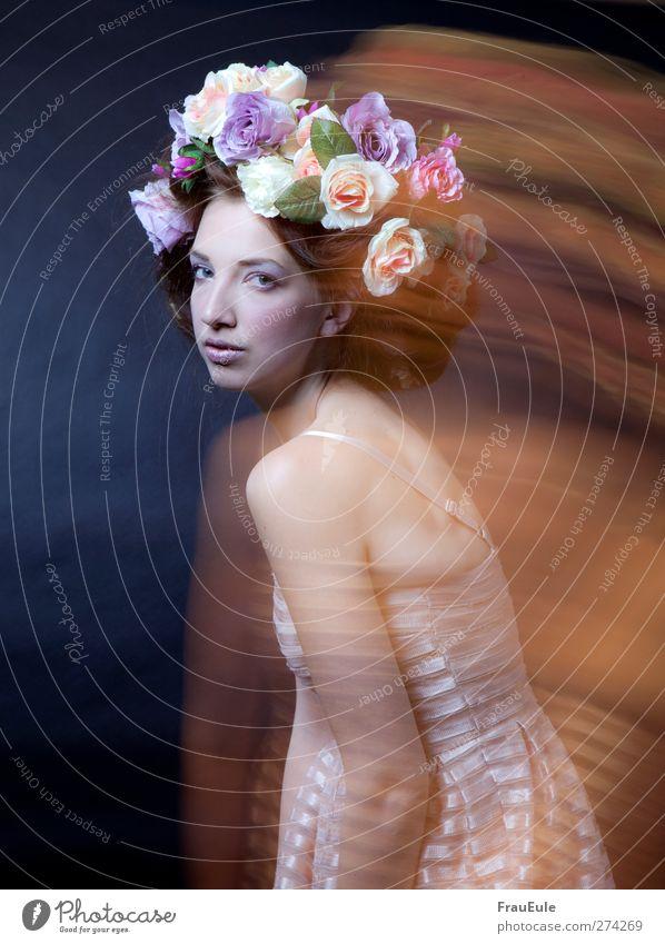 nach vorn feminin Junge Frau Jugendliche 18-30 Jahre Erwachsene Kleid Blumenkranz Haare & Frisuren Bewegung Duft frisch schön Farbfoto Kunstlicht
