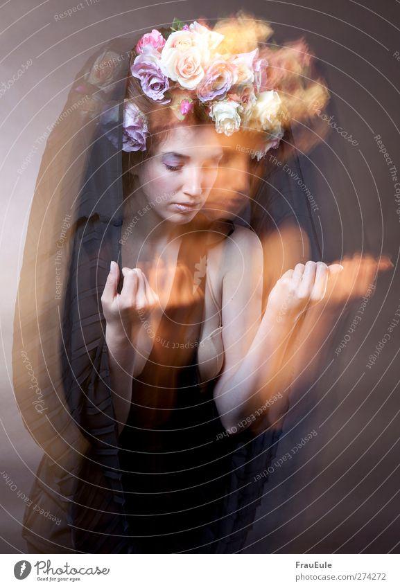 etwas heillig Junge Frau Jugendliche 1 Mensch 18-30 Jahre Erwachsene Schal Tuch Blumenkranz Haare & Frisuren Bewegung Blühend hängen außergewöhnlich Farbfoto