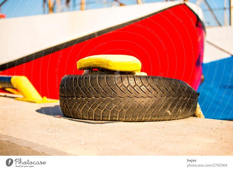 Hafenpoller mit Festmacherleine und Fischkutter Design maritim gelb Poller Reifen Schiff vertaut geankert verzurrt weiß blau Idylle bunt farbenfroh Abenteuer
