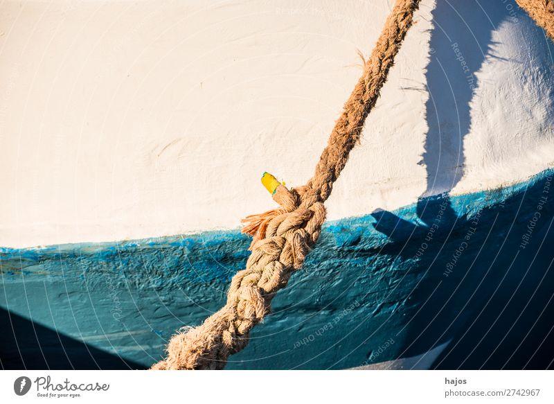 Festmacherleine an einem Fischkutter Design Schifffahrt maritim alt geflickt Hanf Seil Tau Leine blau weiß Licht Schatten verzurrt geankert Boot Hafen Still