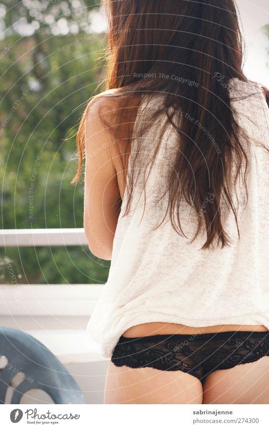 popo Mensch feminin Junge Frau Jugendliche 1 T-Shirt Unterwäsche brünett langhaarig Zufriedenheit Farbfoto Außenaufnahme Morgen Tag Rückansicht