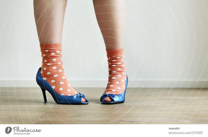 die IchMussMalPinkeln-Pose Lifestyle Stil Freizeit & Hobby Nachtleben Mensch feminin Junge Frau Jugendliche Erwachsene Beine Fuß 1 Mode Bekleidung Strümpfe