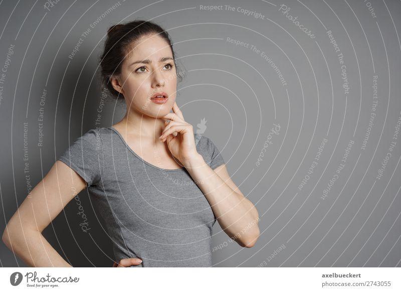 junge Frau denkt nach Mensch feminin Junge Frau Jugendliche Erwachsene 1 18-30 Jahre T-Shirt brünett Denken grau nachdenklich Tagtraum Problemlösung Problematik