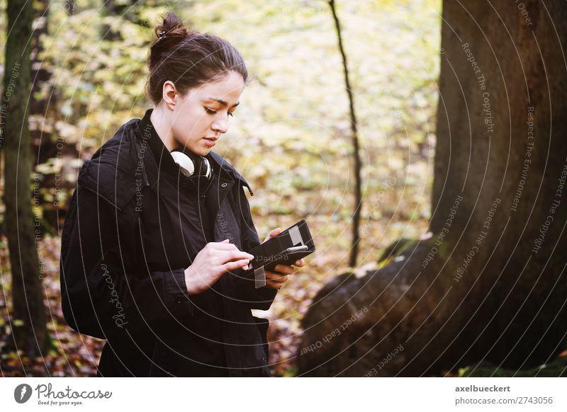 junge Frau benutzt Smartphone im Wald Mensch Natur Jugendliche Junge Frau 18-30 Jahre Lifestyle Erwachsene Herbst feminin Freizeit & Hobby lesen