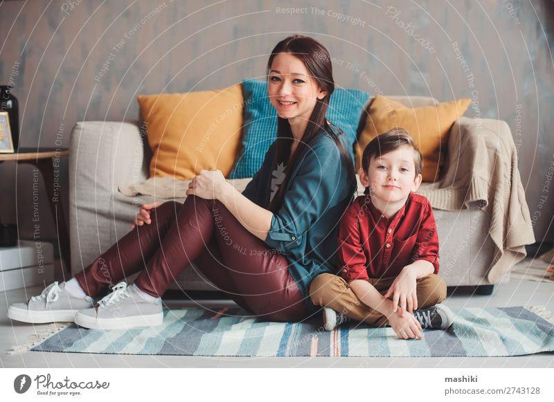 Mutter und Sohn glücklich zusammen zu Hause Lifestyle Freude schön Leben Kindererziehung sprechen Kleinkind Junge Eltern Erwachsene Familie & Verwandtschaft