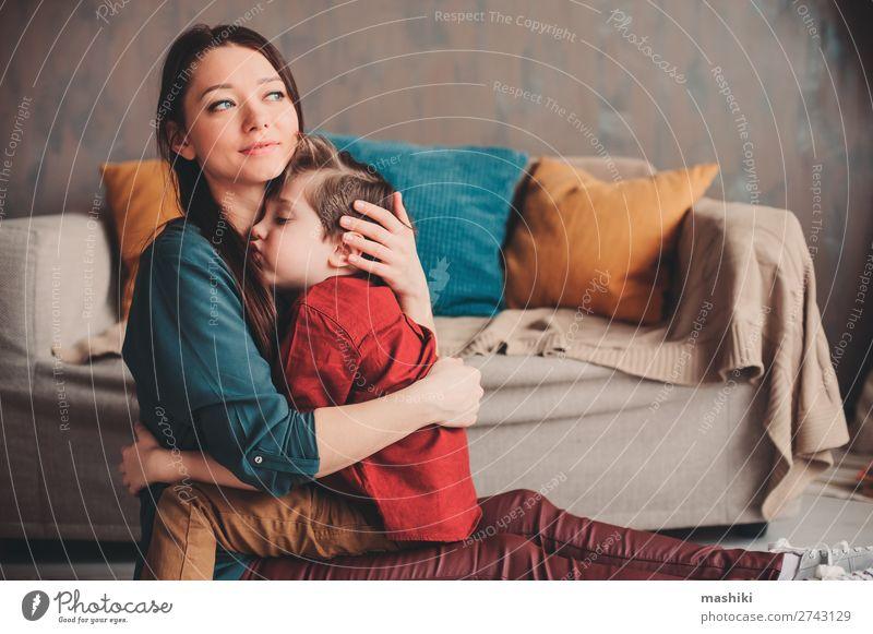 Innenporträt einer glücklichen Mutter, die den Sohn eines Kleinkindes tröstet. Lifestyle Freude Leben Spielen Kindererziehung Schule sprechen Junge Eltern