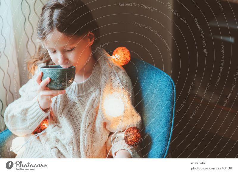 Kind Mädchen trinkt zu Hause heißen Kakao trinken Tee Stil Leben Erholung Winter Dekoration & Verzierung Stuhl Feste & Feiern Weihnachten & Advent Kindheit