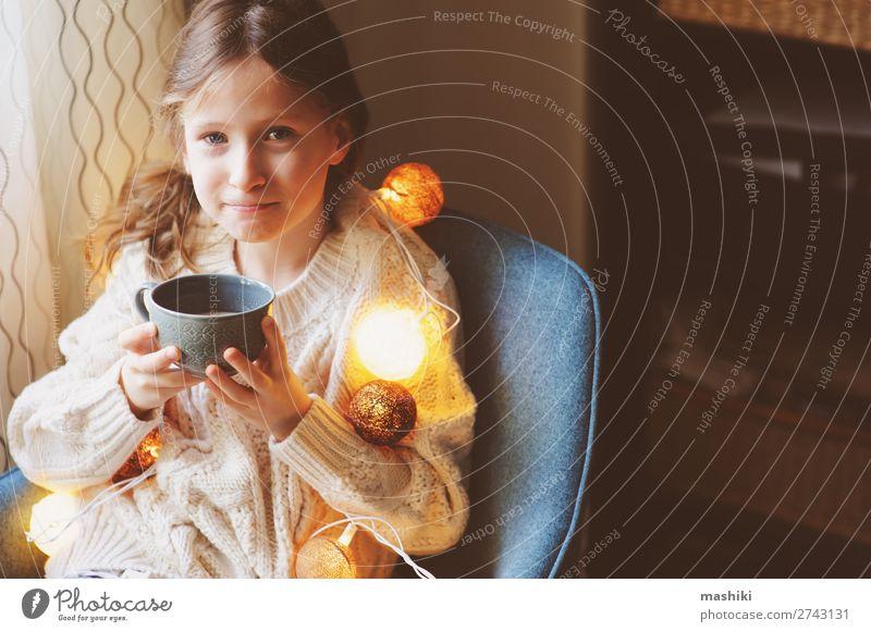 Kind Mädchen trinkt heißen Kakao zu Hause im Winter trinken Tee Stil Glück Leben Erholung Dekoration & Verzierung Stuhl Feste & Feiern Weihnachten & Advent