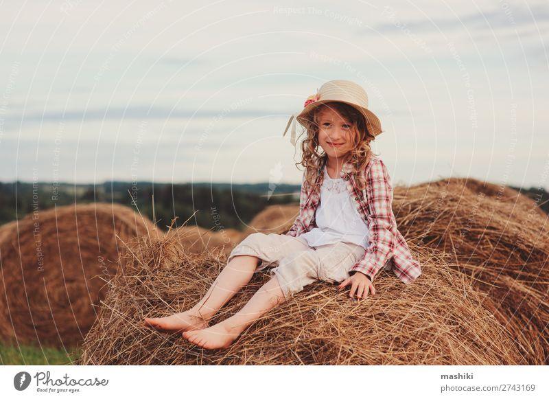 fröhliches Kind Mädchen im Landhausstil kariertes Hemd Stil Freude Erholung Ferien & Urlaub & Reisen Sommer Kindheit Natur Landschaft Wiese Hut Lächeln