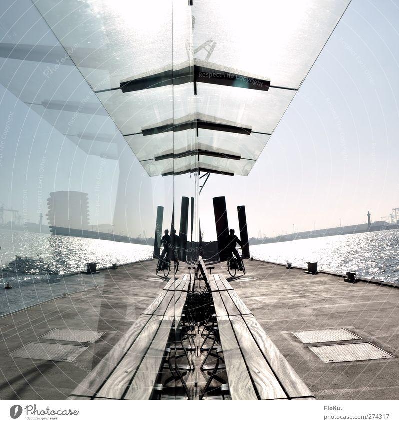 Spieglein, Spielgein... blau Wasser Stadt Holz braun Glas glänzend Beton modern Ausflug Hamburg Sauberkeit Hafen Fahrradfahren Anlegestelle Fahrradtour