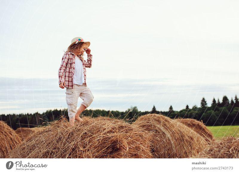 fröhliches Kind Mädchen im Landhausstil kariertes Hemd und Hut Stil Freude Erholung Ferien & Urlaub & Reisen Sommer Kindheit Natur Landschaft Wiese Lächeln