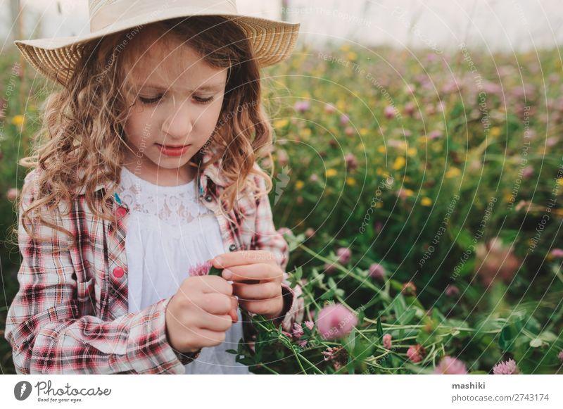 Kind Mädchen im Landhausstil kariertes Hemd und Hut Stil Freude Erholung Ferien & Urlaub & Reisen Sommer Kindheit Natur Landschaft Wiese Lächeln Fröhlichkeit