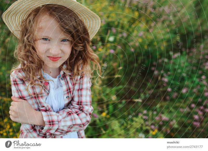 wütendes Kind Mädchen im Landhausstil kariertes Hemd Stil Freude Erholung Ferien & Urlaub & Reisen Sommer Kindheit Natur Landschaft Wiese Hut lustig natürlich