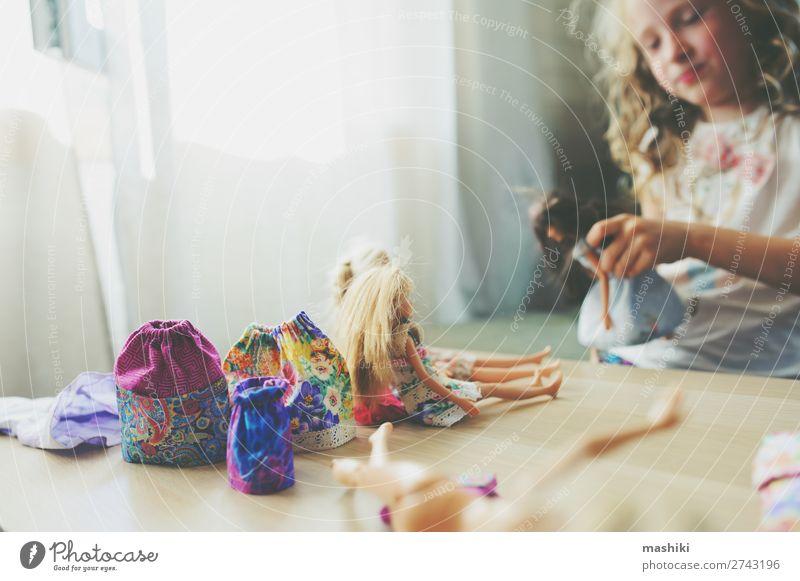 Kind Mädchen spielt zu Hause mit Puppen Lifestyle Freude Glück Freizeit & Hobby Spielen Schule Kindheit Rock Kleid Stoff Spielzeug lustig natürlich Sauberkeit