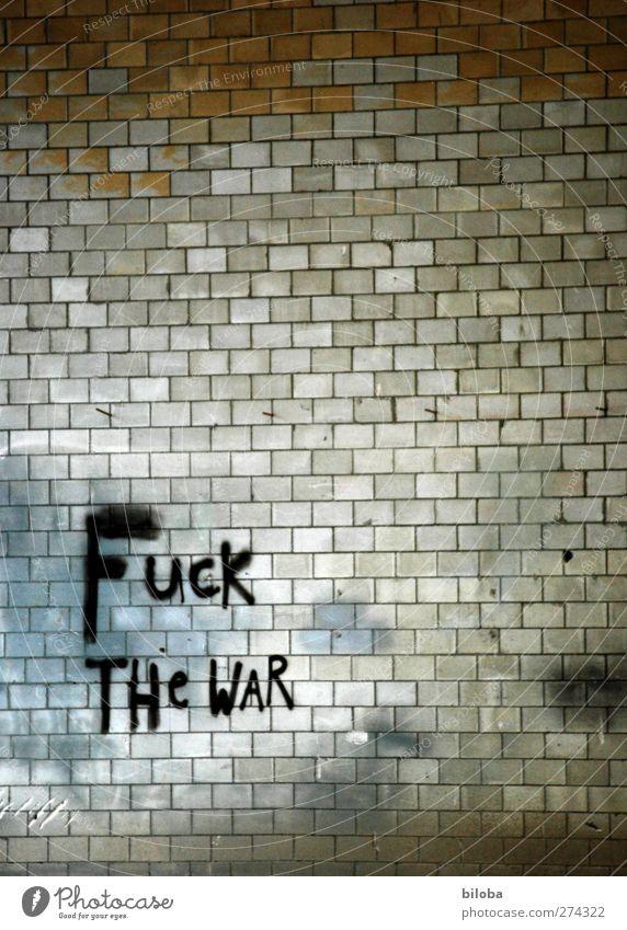 Friedensbemühungen Graffiti Fabrik braun grau schwarz weiß Mauer Krieg Farbfoto Innenaufnahme abstrakt Menschenleer Textfreiraum oben Kunstlicht