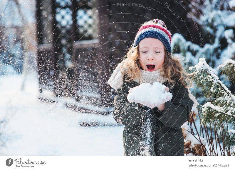 fröhliches Kind Mädchen spielt mit Schnee Freude Glück Spielen stricken Ferien & Urlaub & Reisen Winter Garten Wetter Wald Schal Hut Tropfen Lächeln lachen weiß