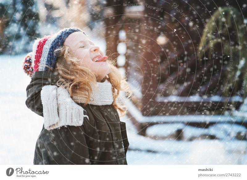 fröhliches Kind Mädchen beim Schneeflockenfangen und Spielen Freude Glück stricken Ferien & Urlaub & Reisen Winter Garten Wetter Wald Schal Hut Tropfen Lächeln