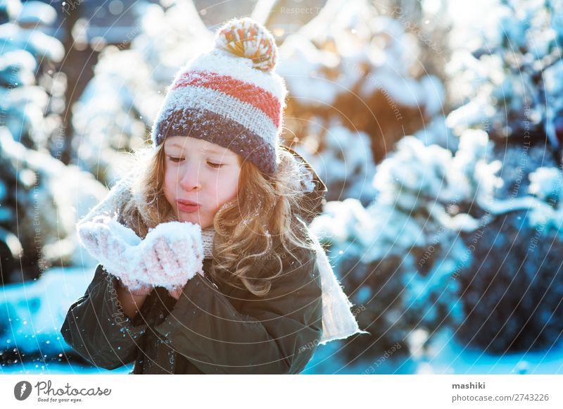 Kind Mädchen spielt mit Schnee im Wintergarten oder Wald Freude Glück Spielen stricken Ferien & Urlaub & Reisen Garten Wetter Schal Hut Tropfen Lächeln lachen