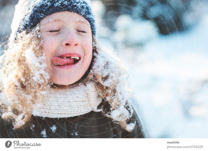 Nahaufnahme Winterporträt eines glücklichen Kindes Mädchens Freude Glück Spielen stricken Ferien & Urlaub & Reisen Schnee Garten Wetter Wald Schal Hut Tropfen