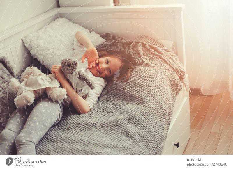 Kind weiß Erholung Freude Lifestyle lustig lachen Glück Spielen grau Freundschaft modern Lächeln Kindheit schlafen Bettwäsche